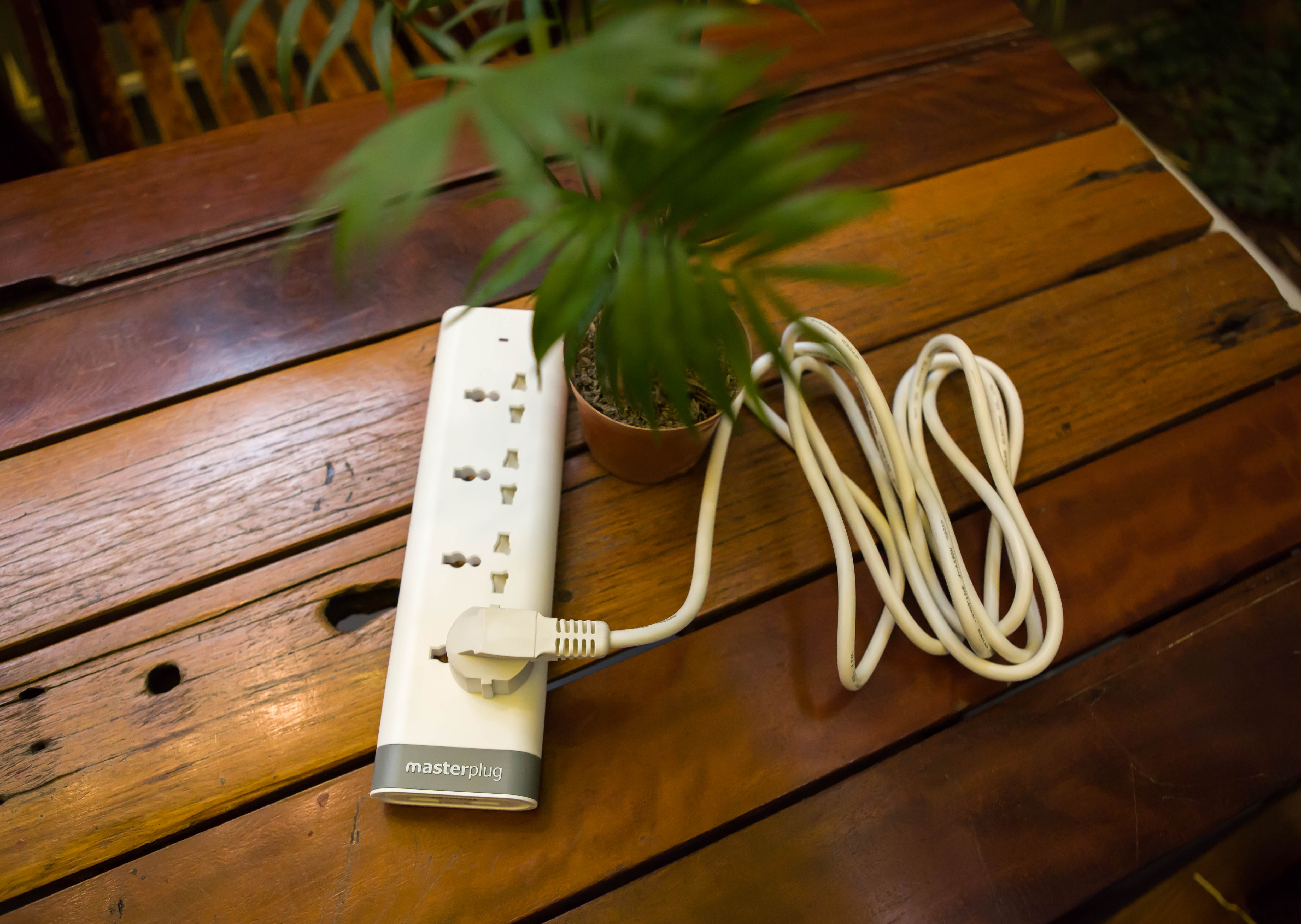 Ổ cắm 4 lỗ tích hợp Smart USB MasterPlug E4030U